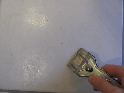 Скребком с острой бритвой срезаем застывшие брызги жира на кафельной стене.
