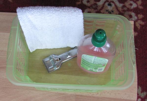 Скребок, гель для мытья посуды, полотенце.