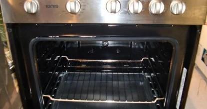 Очистить духовку от жира и нагара специальным средством
